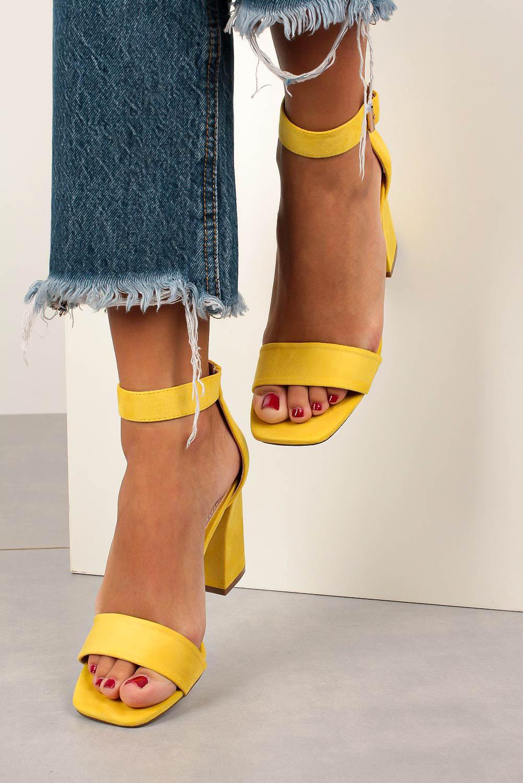 Żółte sandały na słupku z paskiem wokół kostki Casu D20X20/L żółty