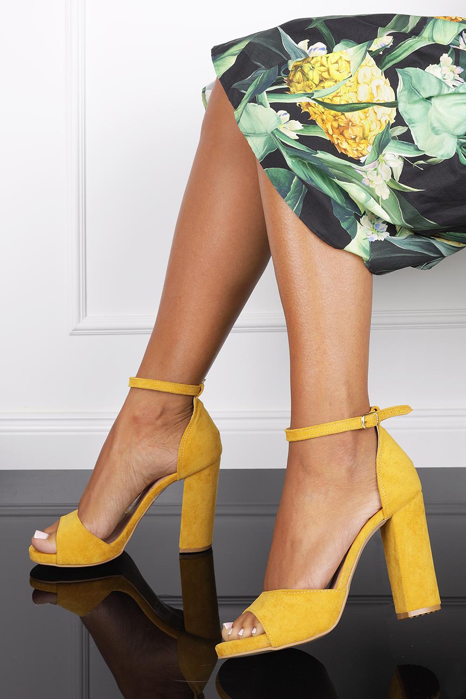 Żółte sandały na słupku z zakrytą piętą i paskiem wokół kostki Casu 1590 żółty